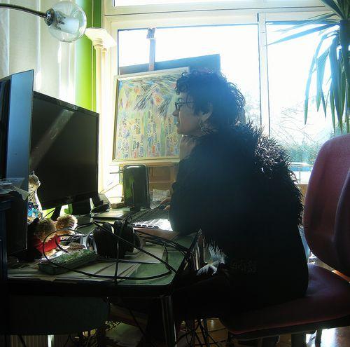 Laurence devant l'ordinateur